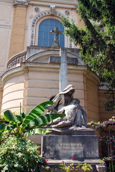 A templomkertbe helyezték át 1906-ban Tóth István Piéta kőszobrát