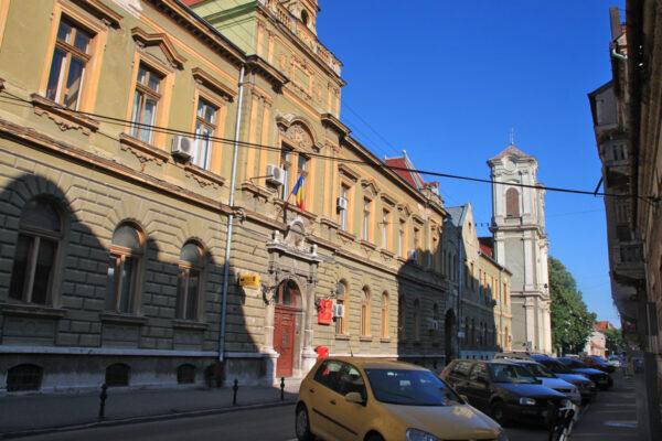 Az Úri utca a főpostával, mögötte a Premontrei templom. A postát 1895-ben adták át.