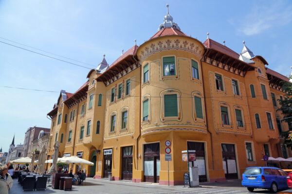 A Stern-palota a Fő utca és a Szaniszló utca kereszteződésében. Komor Marcell és Jakab Dezső tervei alapján készült, Stern Miklós megrendelésére, a terv nem valósult meg. Ifj. Rimanóczy Kálmán átdolgozta a tervet, 1909-ben épült fel.