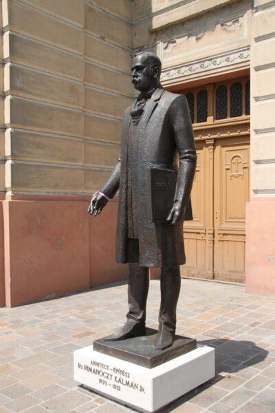 ifj. Rimanóczy Kálmán szobra a templom előtt, melyet 2020-ban állítottak fel