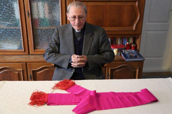 Bara Ferenc, esperes, Márton Áron hajdani titkára, a püspök reverendájának cingulumával