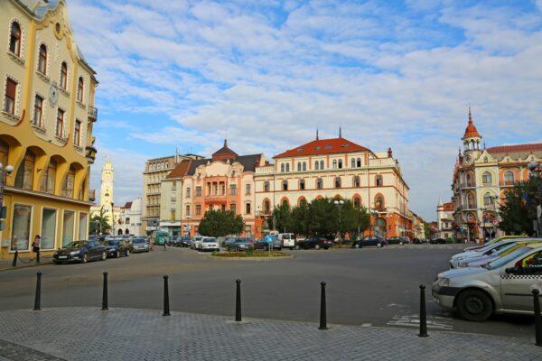 A Bémer tér - a háttérben a Körös túloldalán a városháza épülete, balra a Poynár-ház, szemben a Pannónia Szálló és a Sztarill palota - ma Astoria.