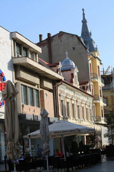 """Az úgy nevezett """"Bazár-szorosban"""" a Bémer tér felé nézve áll a Guttman-ház, utána a Kolozsváry palota, mely 1912-ben Sterill Ferenc tervei alapján épült."""