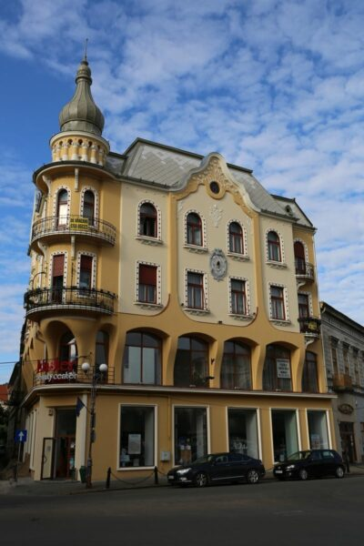A Poynar-ház Sztarill Ferenc építész tervei alapján 1907-ben készült el szecessziós stílusban. Az emeleti bérlakások alatt üzlethelyiségek váltották egymást a mai napig.