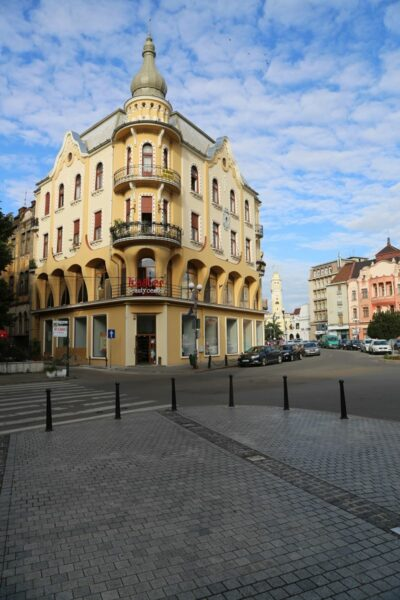 A Poynar-ház mögött a Körös túlpartján a Városháza
