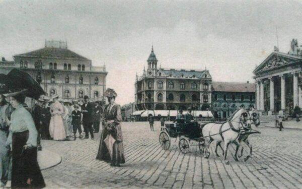 A Bémer tér nyugati oldala a színházzal,, az EMKE-vel, a Sztarill palotával és a Pannónia Szállóval, előtérben egy bérkocsival -Péter Zoltán képeslapgyűjteményéből.