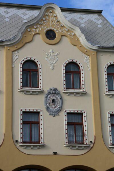 A Poynar-ház Bémer térre néző oldalán látható a pesti magyar kereskedelmi bank utódjának díszes felirata 1894-ből.