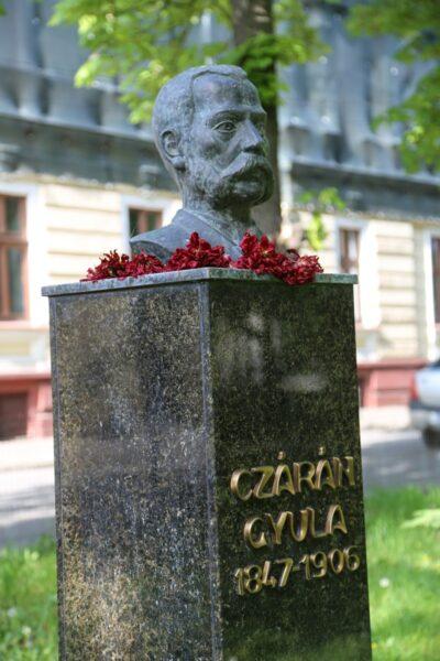 Czárán Gyula mellszobra, 2008-ban készült, Máté Gyula és Alpár alkotása.