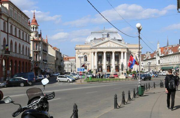 A Szigligeti Színház uralja a Bémer teret.