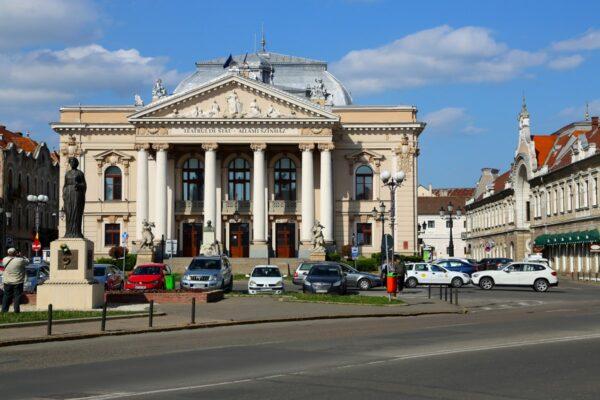A Szigligeti Színház, a nagyváradi eklektikus építészet legszebb alkotása. 1900. június 22-re végeztek a külső munkálatokkal. 2020-ban a tér átalakítás alatt állt.