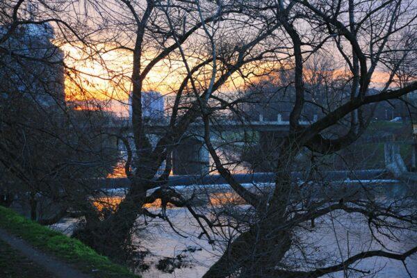 Hajnalodik. A sétány végéből látható a Baross-híd, majd a Nagy-híd, a Staroveszky utca folytatásában - a híd alatt a második gát.