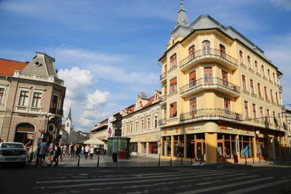 Balra a Bazár-sarok, távolabb az Orsolyák temploma, jobb oldalt elöl a Kolozsváry palota, 1912-ből, utána a historizáló stílusú Guttman-ház, 1892-ből.
