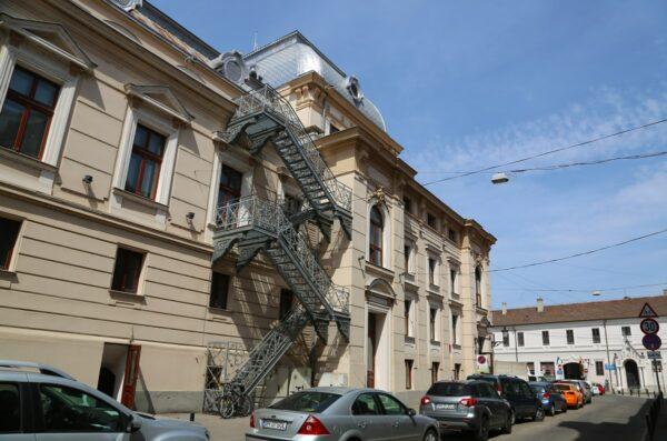 A színház a művészbejáró oldaláról a tűzlétrával, az utca végén az Orsolyák háza, az Ady iskola.
