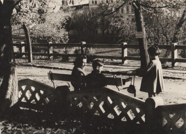 Nagyvárad Ezredévi sétánya 1955-ben. Béczi Miklós fotója családjáról - a túlparton a Gozsdu Líceum emeletes épülete.