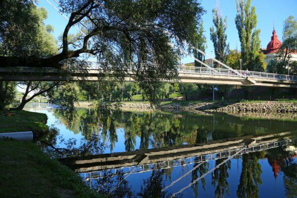 A Garasos-hídnak két elődje is volt: egy gyalogos fahíd, majd a resicabányai hídgyár vashídját (1910) követően épült meg a mai, 1974-ben.