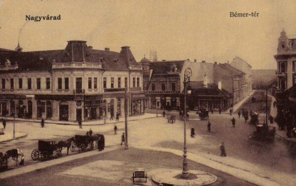 Jobb oldalt a a Rimanóczy Szálloda, földszinti kávézójával, a Royallal, a Rimanóczy utca sarkán - Péter Zoltán levelezőlapján.téren látható