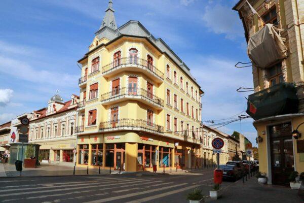 Jobb oldalt a tatarozás alatt álló Rimanóczy Szálló és Kávézó bejárati része. Az erkélyen állva fogadta Jókai Mór - Kolozsvárról jövet - a váradiak ünneplését.