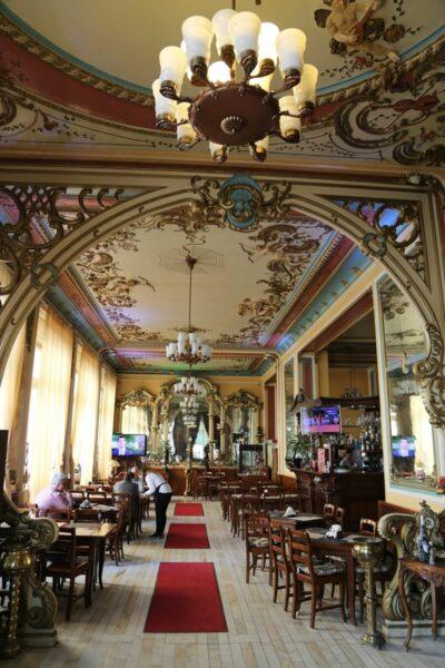 A Rimanóczy utcasarki Royal Kávéház mai belső arculata. 1900-ban adták át ifj. Rimanóczy Kálmán által átalakított egykori Magyar Királyi Kávézót.