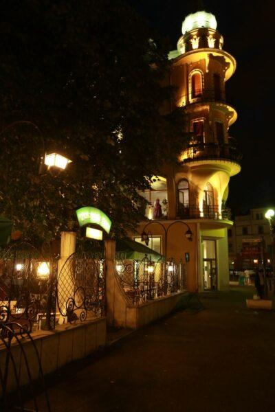 Éjszakai fényben a Poynari palota és a Rimanóczy-kerthelyiség, az egykori Royal Kávéház teraszának bejárata.