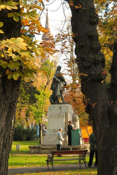 Margó Ede szobra előtt - március 15-i emlékünnepség.