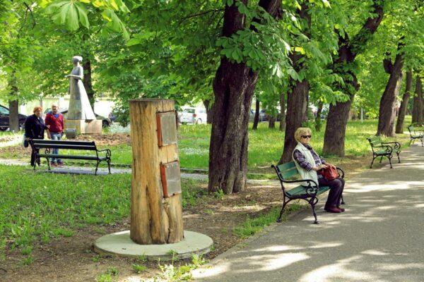 A park központi helyén áll Lórántffy Zsuzsanna bronzszobra